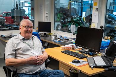Am Computer sitzender Kfz-Lehrer, der über das Teilen seiner eigenen Inhalte in der Prodiags-Trainingsumgebung spricht