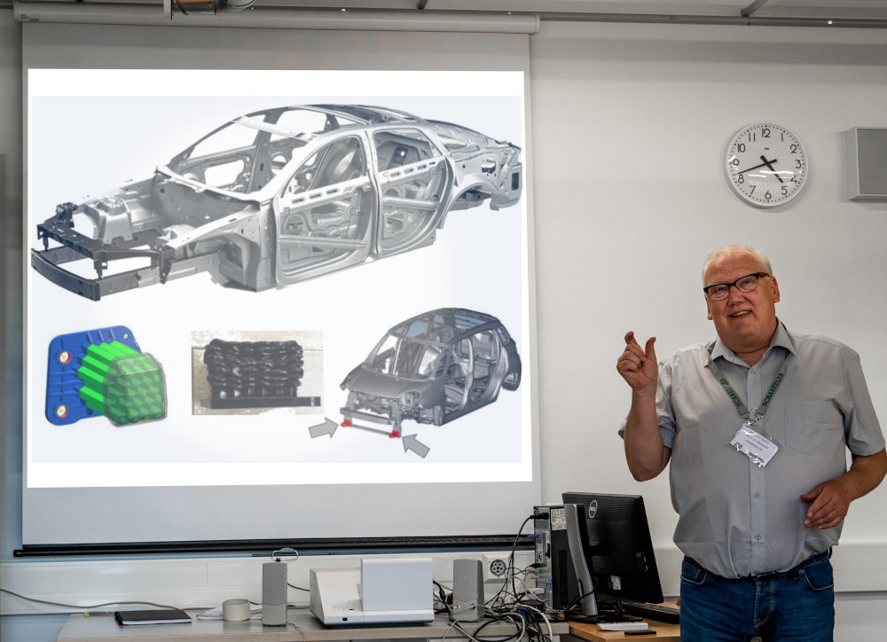 Teacher presenting own automotive training material in Prodiags Environment