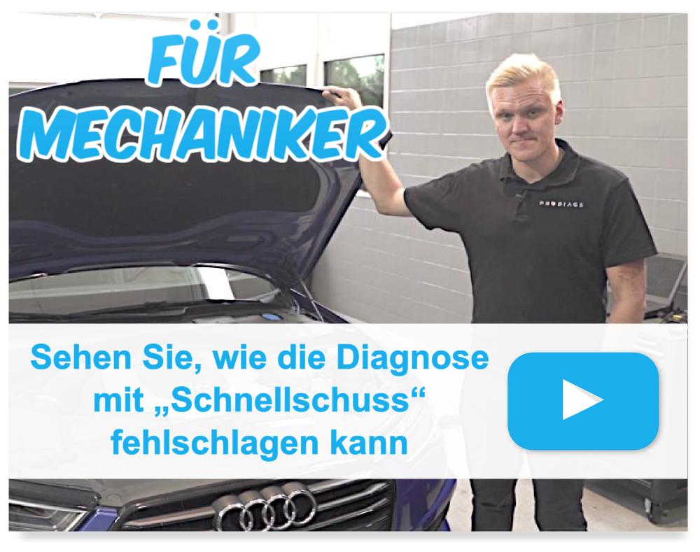 """Blonder Kfz-Trainer oder Mechaniker oder Techniker, der neben dem VAG Audi A5 steht und die Motorhaube mit dem Text offen hält &quo FÜR MECHANIKER, Sehen Sie, wie die Diagnose mit """"Schnellschuss"""" fehlschlagen kann."""