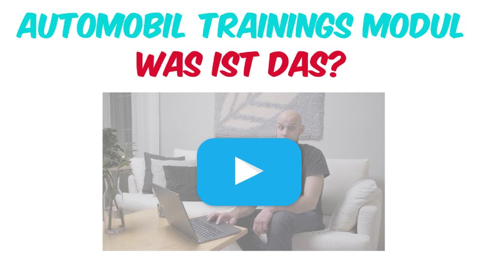 Video-Miniaturbild mit einem blauen Wiedergabeknopf und einem bärtigen Mann, der auf der Couch mit einem Laptop sitzt. Text: Automotive Training Modul Was ist das?