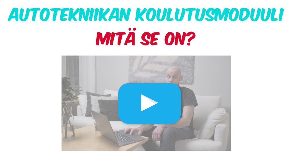 Videon thumbnail kuva jossa mies sohvalla läppärin kanssa. Kuvassa teksti: Autotekniikan koulutusmoduuli mitä se on?