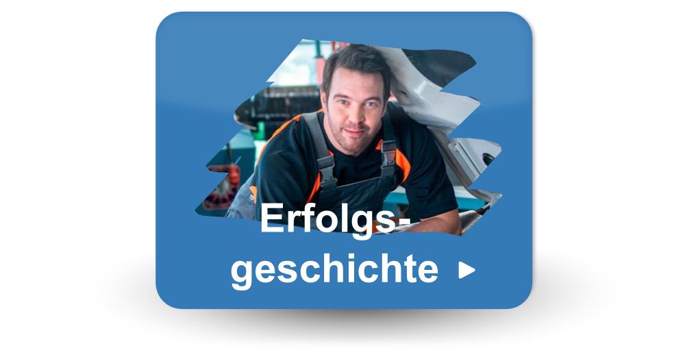 Knopf mit einem Mechaniker oder Techniker, der sich gegen Auto und die Texterfolgsgeschichte lehnt