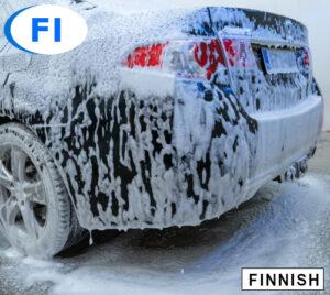 Mustan tai tumman auton perä peitettynä snow foam esipesuaineella. Näkyviä osia ovat hopeanvärinen vanne ja rengas, takapuskuri, punainen takavalo, takaluukku sekä takakylki. Auton pesu verkko-koulutuksen tuotekuva.